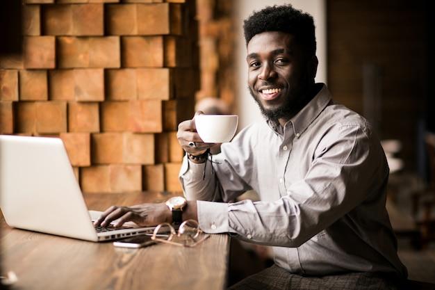 Hombre de negocios afroamericano