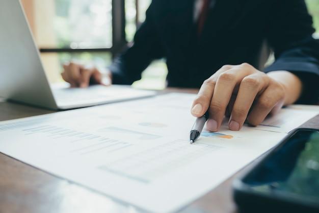 El hombre de negocios analiza los datos de marketing de inversión.