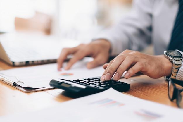 Hombre de negocios analizar los datos de marketing de inversión.
