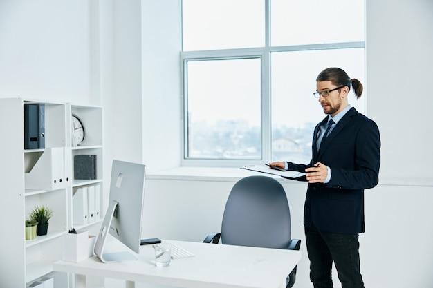 Hombre de negocios, con, anteojos, autoconfianza, trabajo, estilo de vida