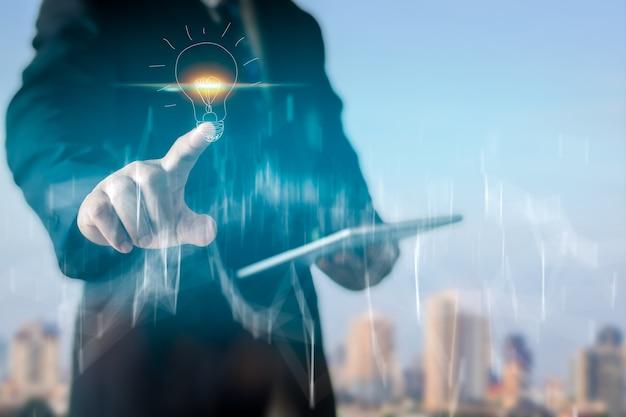 Hombre de negocios apuntando dibujo bombilla, concepto de idea de negocio