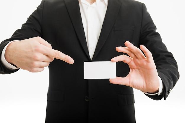 Hombre de negocios apuntando hacia tarjeta de visita