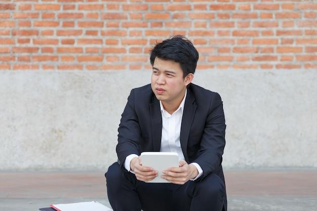 Hombre de negocios en apuros por pérdida de empleos