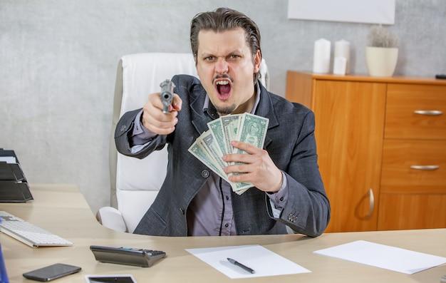 Hombre de negocios, con, un, arma de fuego, y, mucho dinero