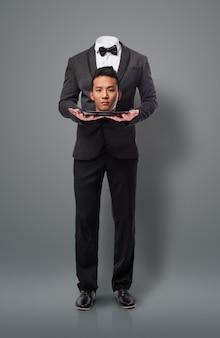 Hombre de negocios asiática que hace un sacrificio, ofreciendo la cabeza. metapho