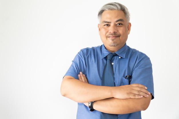 Hombre de negocios asiático confiado del retrato que lleva los vidrios y la camisa de manga corta que sonríe en blanco