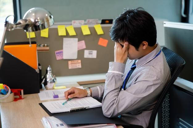 Hombre de negocios asiático desesperado, desesperado, angustiado, triste y desanimado en la vida.