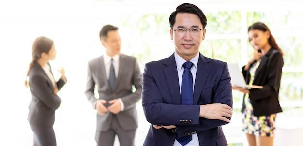 Hombre de negocios asiático con equipo de negocios