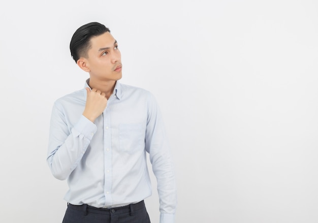 Hombre de negocios asiático guapo joven pensando una idea mientras mira hacia arriba