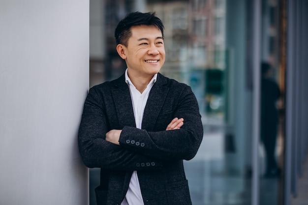 Hombre de negocios asiático hermoso joven en traje negro