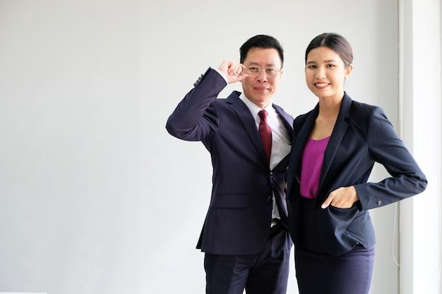 El hombre de negocios asiático joven parece bueno en un fondo blanco.