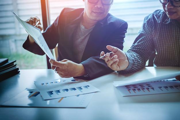 Hombre de negocios asiático de mediana edad discuta problemas y oportunidades para el crecimiento empresarial.