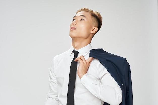 Hombre de negocios asiático posando en blanco