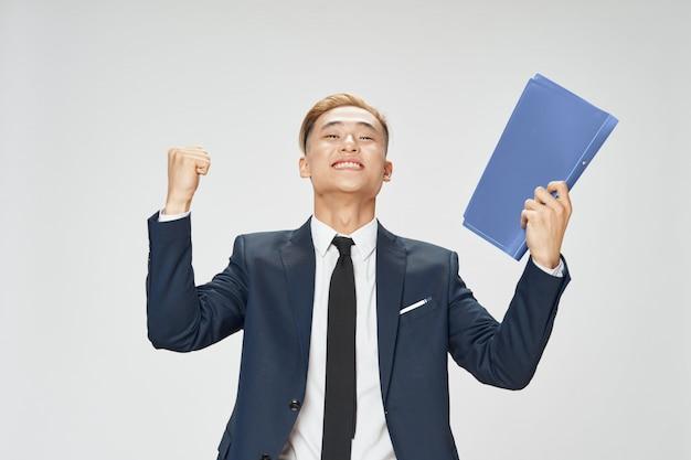 Hombre de negocios asiático posando en traje de estudio