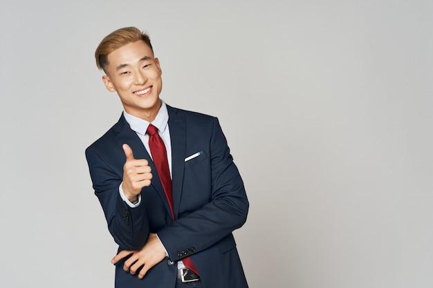 Hombre de negocios asiático posando en traje