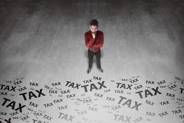 Hombre de negocios asiático que mira la escritura del impuesto