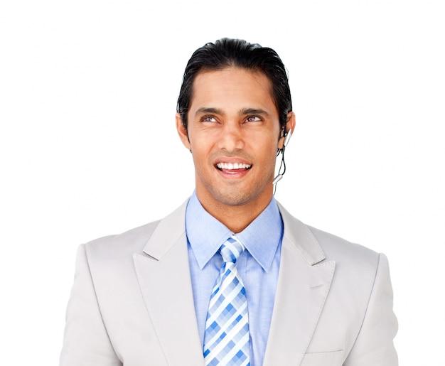 Hombre de negocios atractivo con el receptor de cabeza encendido