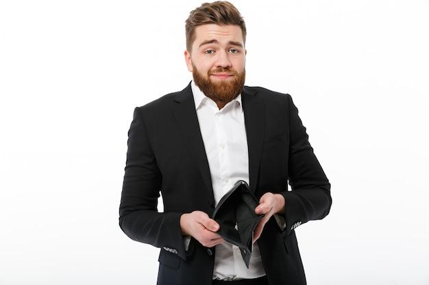 Hombre de negocios barbudo confundido con monedero vacío