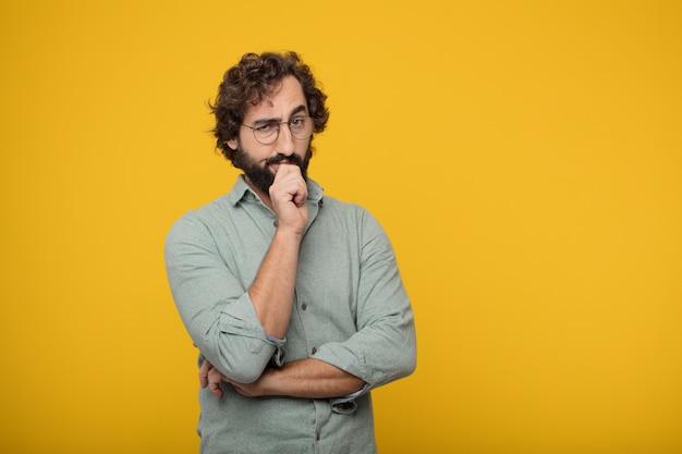 Hombre de negocios barbudo joven que expresa un concepto