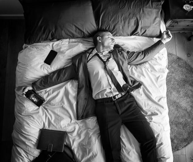 Hombre de negocios borracho durmiéndose tan pronto como regresó a casa