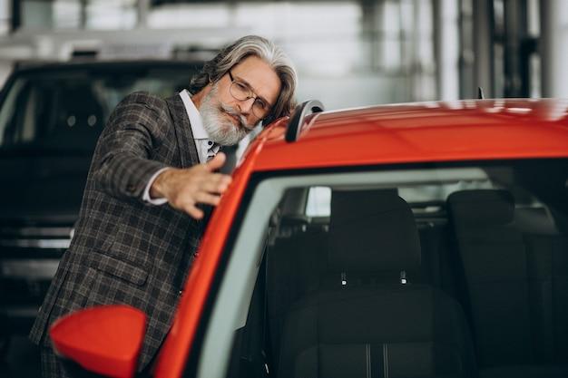 Hombre de negocios en busca de un coche en un salón de autos