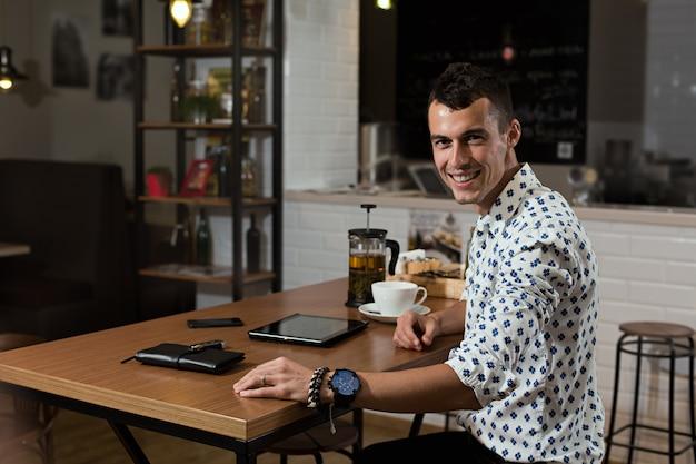Hombre de negocios, en la cafetería
