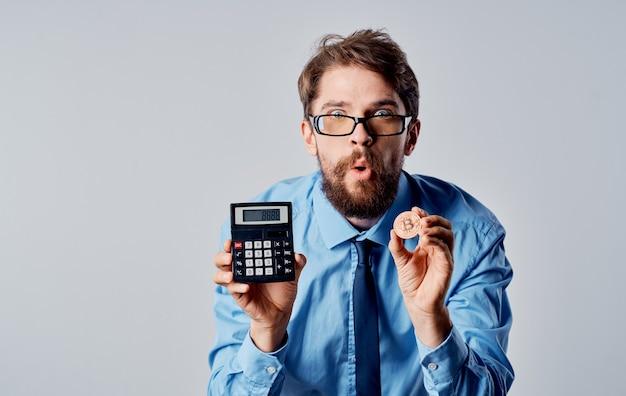 Hombre de negocios con calculadora de criptomonedas emociones tecnología economía