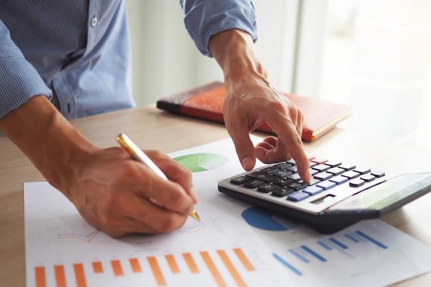 Hombre de negocios está calculando sus ingresos