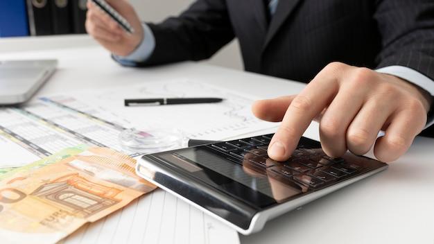 Hombre de negocios, cálculo, finanzas, números, primer plano