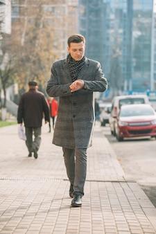 Hombre de negocios caminando