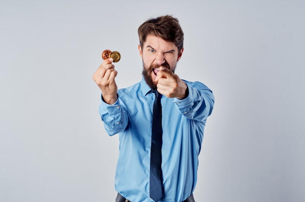Hombre de negocios en camisa con corbata criptomoneda economía finanzas efectivo
