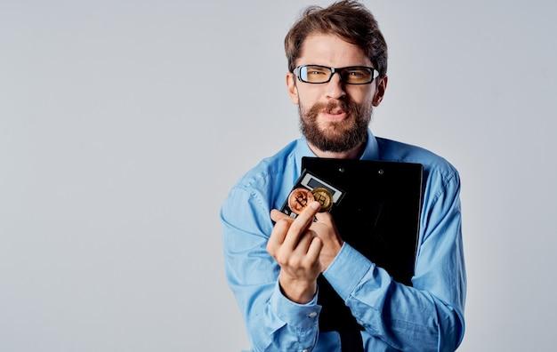 Hombre de negocios en una camisa con corbata de criptomoneda en manos de un éxito financiero
