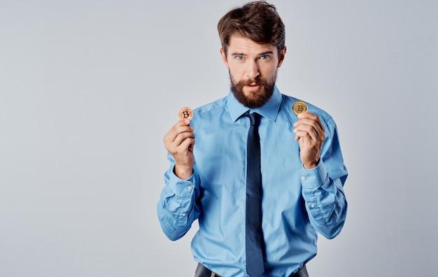 Hombre de negocios en camisa con corbata éxito de emociones de criptomoneda bitcoin