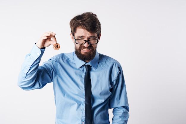 Hombre de negocios en camisa con corbata moneda de oro moneda bitcoin finanzas dinero electrónico