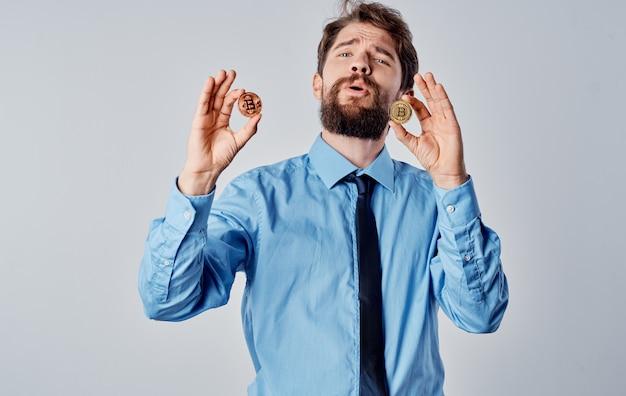 Hombre de negocios en camisa con criptomoneda de economía de internet de tecnología de corbata. foto de alta calidad