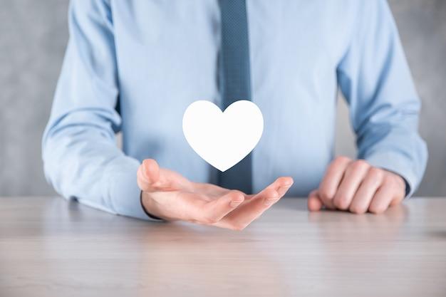 Hombre de negocios en camisa con símbolo de icono de corazón.