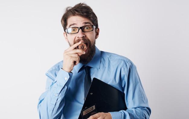 Hombre de negocios en camisa con tecnología de éxito criptomoneda financiero corbata. foto de alta calidad