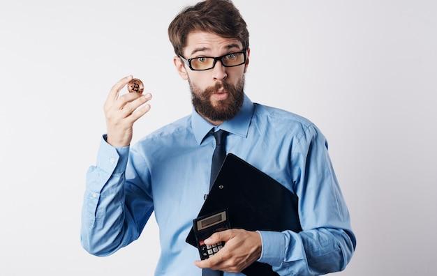Hombre de negocios en camisa con tecnología de éxito criptomoneda financiero corbata