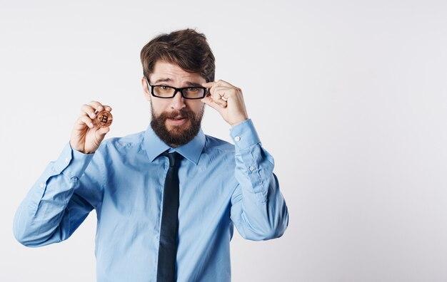 Hombre de negocios en camisa con tecnología de internet del sistema de pago de finanzas electrónicas de corbata. foto de alta calidad