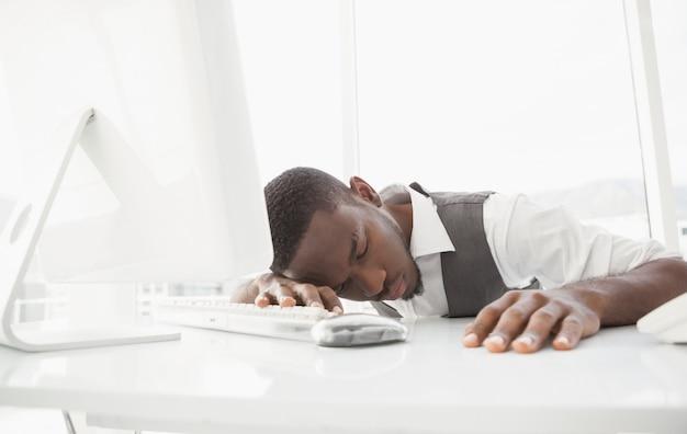 Hombre de negocios cansado durmiendo en el teclado