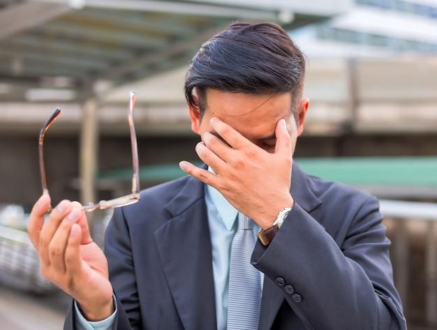 Hombre de negocios cansado o estresado después de su trabajo. imagen del concepto de empresario subrayado.