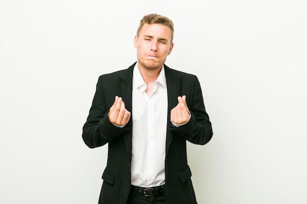 Hombre de negocios caucásico joven que muestra que no tiene dinero