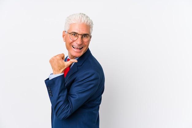 El hombre de negocios caucásico de mediana edad aisló los puntos con el dedo pulgar, riendo y despreocupado.