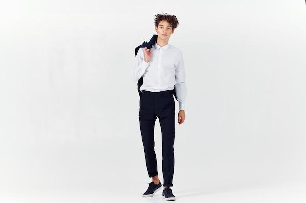 Hombre de negocios con una chaqueta en sus manos moda crecimiento total confianza en sí mismo