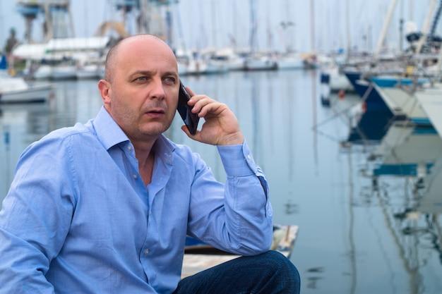 Hombre de negocios chateando en un teléfono móvil