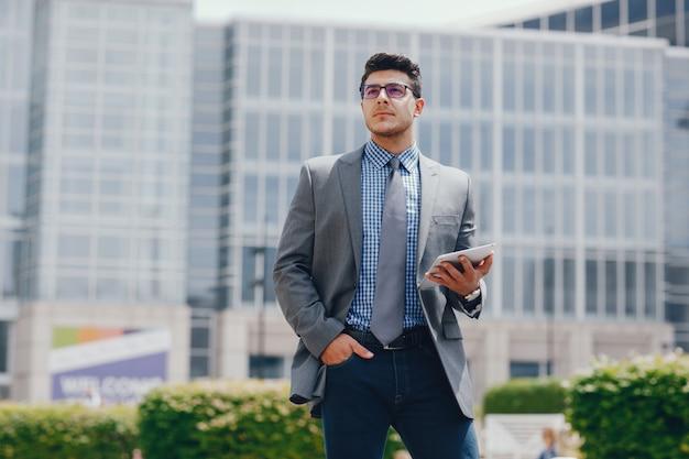 Hombre de negocios en una ciudad de verano