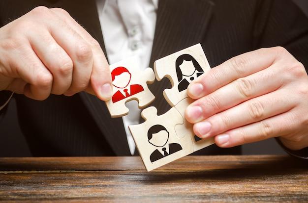 Un hombre de negocios colecciona rompecabezas, equipo de empleados.