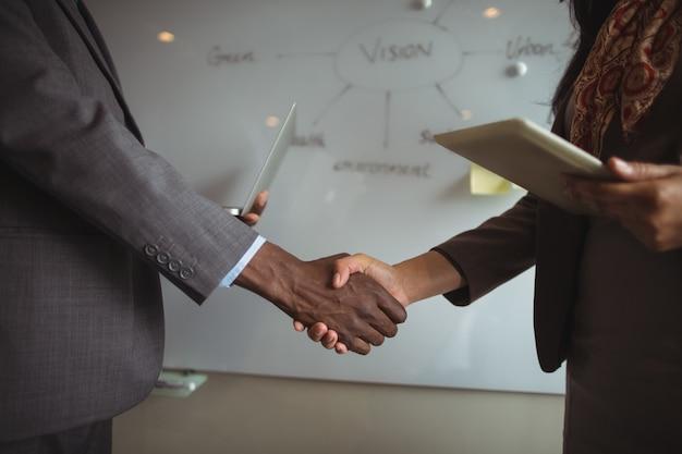 Hombre de negocios, y, un, colega, sacudarir las manos