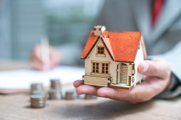 Hombre de negocios como un agente inmobiliario o un inversor que calcula el crecimiento del retorno