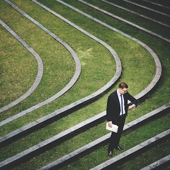 Hombre de negocios compruebe el concepto de tiempo al aire libre